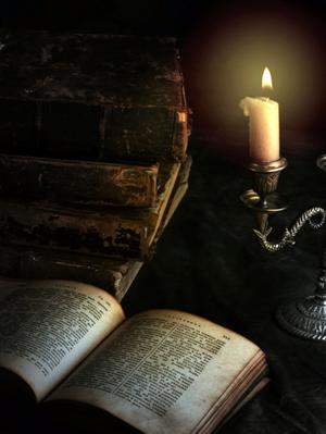 OLD BOOKS AND CANDLE © Spaxia | Dreamstime.com